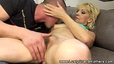 Mature granny amateur gets oral then rides cock